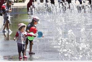 市民在滇池度假区公园1903露天喷泉戏水纳凉。记者 杨峥 摄