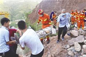 昭通彝良一皮卡车翻坠悬崖 2人不幸遇难2人获救