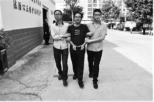 职务犯罪嫌疑人吴新平被带出看守所 邱庭涛 摄