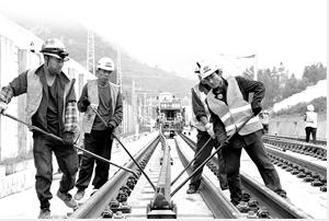 27日,两段钢轨成功落在镇雄县以勒镇庙埂隧道无砟道床。