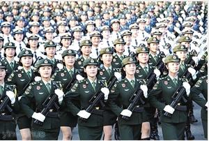 10月1日上午,庆祝中华人民共和国成立70周年大会在北京天安门广场隆重举行。图为女兵方队通过天安门广场。