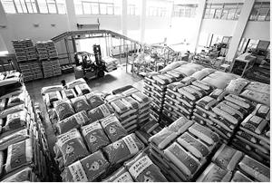 红河州个旧市大红屯粮食购销有限公司加大生产力度,全力保障市场供应。 通讯员 胡艳辉 摄