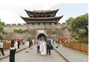 5月24日,大理古城游客数量比往日减少近一半。