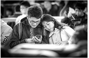 昆明站候车的情侣。记者 龙宇丹 摄