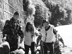 边防民警将女子从水中救起