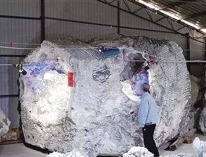 这块重52.6吨的结晶石被岩石包裹
