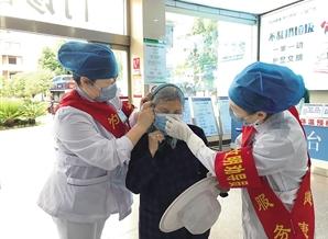 澄江市人民医院护士给老人戴上口罩