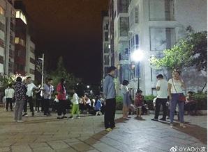 楚雄、昆明市民在室外避险,发微博报平安。