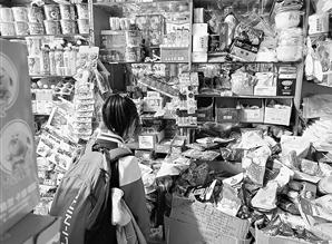 虹山小学附近小学生在选购零食