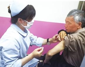 李大爷第一个在红云社区卫生服务中心接种疫苗