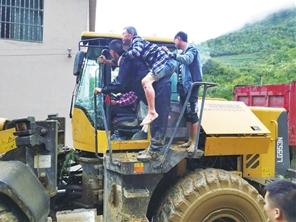 救援人员想方设法营救被困人员