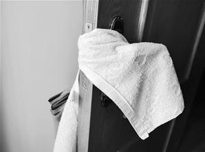 """卧室门无法关上,只好拿毛巾""""卡住""""。"""