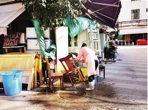 张女士正在清洗回收回来的椅子