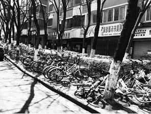 黄公东街,共享单车停满人行道。