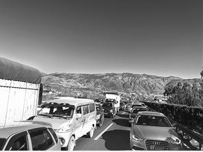 每到节假日,昆石高速车流量太大易拥堵。记者 高愉 摄
