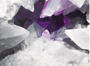 结晶体在人工光源的映衬下更显斑斓
