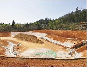 新建的坝塘等滞蓄防洪工程正在建设中