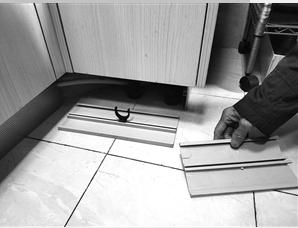 橱柜底部的挡板无法扣紧,里面就是燃气管道