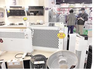 商场里各式各样的取暖器 记者 刘文波 摄