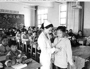 杨昆娥在山区筛查先心病患儿