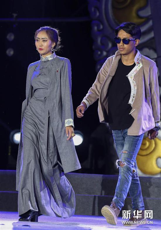 8月4日,模特在展示新式藏装。新华社记者 江宏景 摄