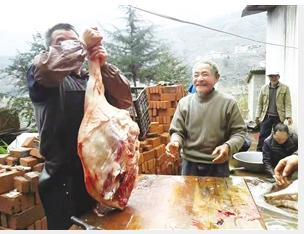 亲朋好友在宣威双河乡葛菇村村民李绍表家宰年猪