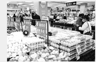 消费逐步回暖,生产生活秩序加快恢复。记者 张彤 摄