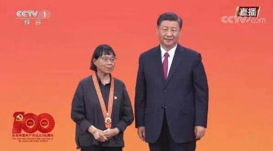 """张桂梅接受习近平总书记颁授的""""七一勋章"""""""