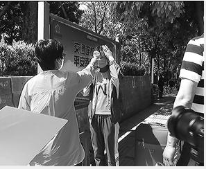 吴家营街道办事处与高校一同为返校师生开展体温检测