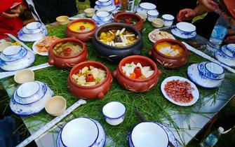 紫陶气锅长街宴:视觉与味觉的饕餮盛宴
