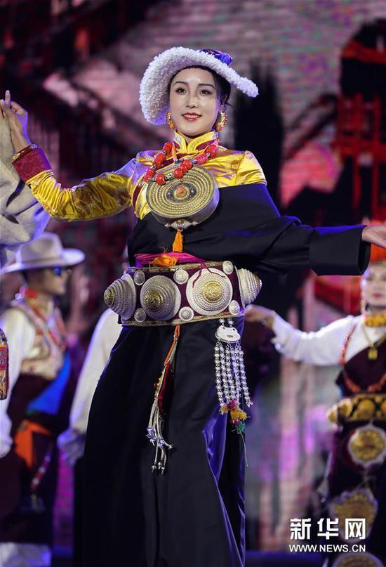 8月4日,模特在展示传统康巴服饰。新华社记者 江宏景 摄