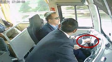 视频:乘客高速下车遭拒 强拉方向盘