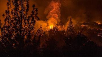 香格里拉山火持续48小时 2000余人扑救