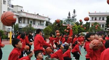 云南麻栗坡县大坪中学获捐新运动场