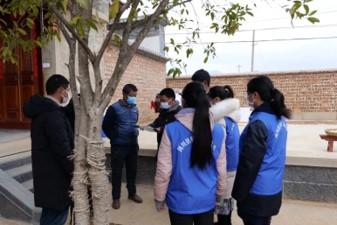 驻村工作队员和沙溪镇长乐村党总支书记王树龙入户对准备办喜事村民进行协商