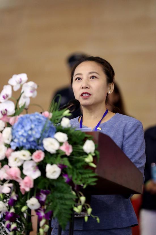 图为中国滑冰协会主席李琰讲话
