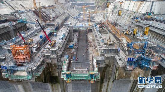 这是7月11日无人机拍摄的白鹤滩水电站建设工地。