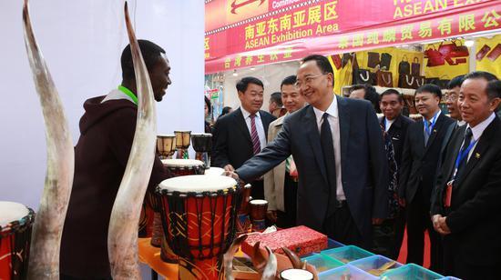 中共临沧市委书记杨浩东与参展商握手(张玲 摄)