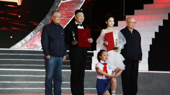 """姜超、张佳宁获""""最受观众喜爱的演员奖""""(张玲 摄)"""