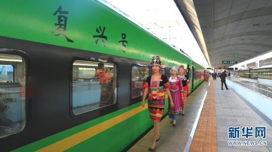 """穿着民族服饰的列车员走过""""复兴号"""""""