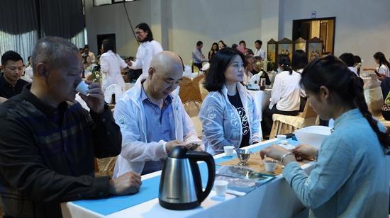 与茶会友,嘉宾和与会人员在品饮古树白茶