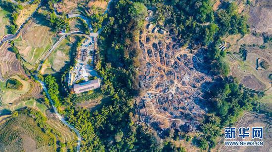 从空中俯瞰,云南省临沧市沧源佤族自治县翁丁村老寨严重受损(2月15日摄,无人机照片)。新华社记者 江文耀 摄
