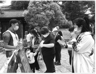 游客出示预约信息、扫码、验证后进入丽江古城