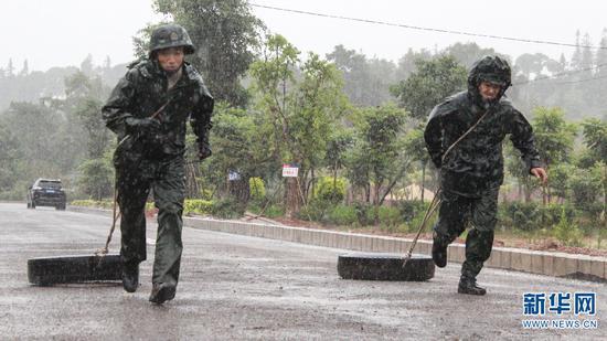特战队员在雨中进行体能训练 梁维 摄