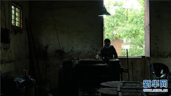李坤霖在制墨工厂研墨。新华网 丁凝 摄