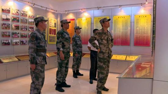 ▲云南省军区司令员杨春光参观荣誉室