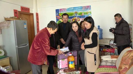 建水县卫计局和建水县计划生育协会走访慰问临安镇特殊家庭
