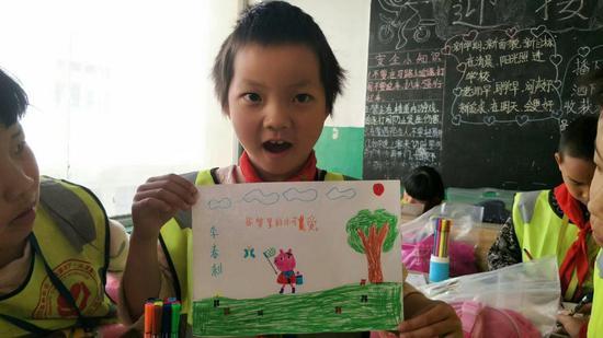 同学们高兴地展示自己的作品