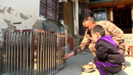 村民精心照顾野生动物(龙陵县电视台提供)