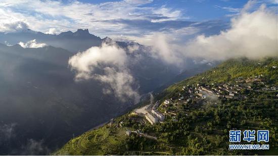 从空中俯瞰怒江大峡谷(9月2日无人机拍摄)。新华社记者 江文耀 摄